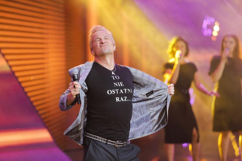 """Choć przez ostatnie lata było o nim cicho, to podczas wczorajszego opolskiego koncertu Grzegorz Markocki spowodował, że długo jeszcze o nim nie zapomnimy. Celebryta znany m.in. z """"Szansy na sukces"""" i """"Baru"""" Polsatu wykonał nieśmiertelne """"Ostatni raz zatańczysz ze mną""""."""