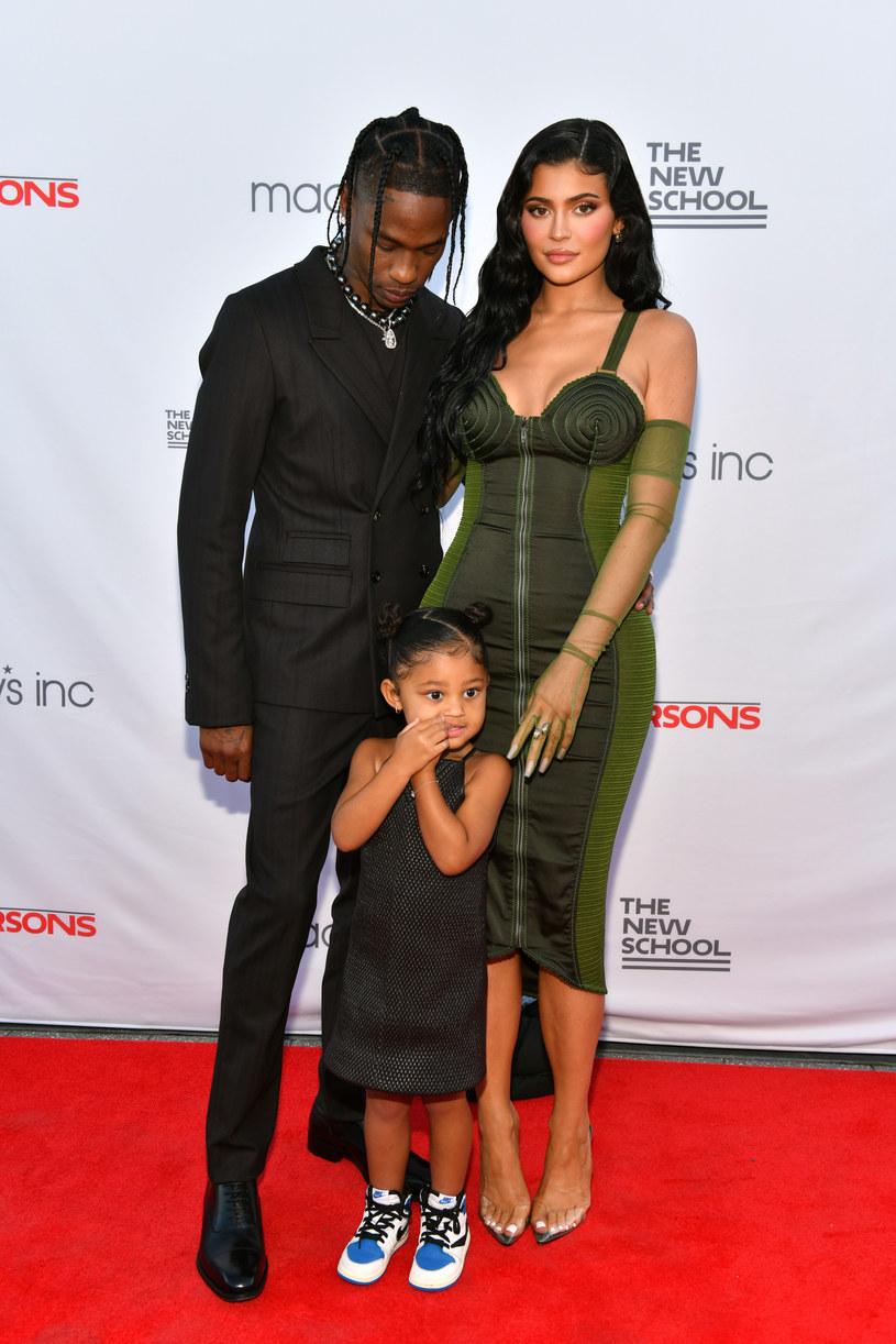 Kylie Jenner, celebrytka i producentka makijażu, oraz jej partner, raper Travis Scott, spodziewają się drugiego dziecka. Radosne wieści przekazała sama zainteresowana za pośrednictwem swojego konta na Instagramie.