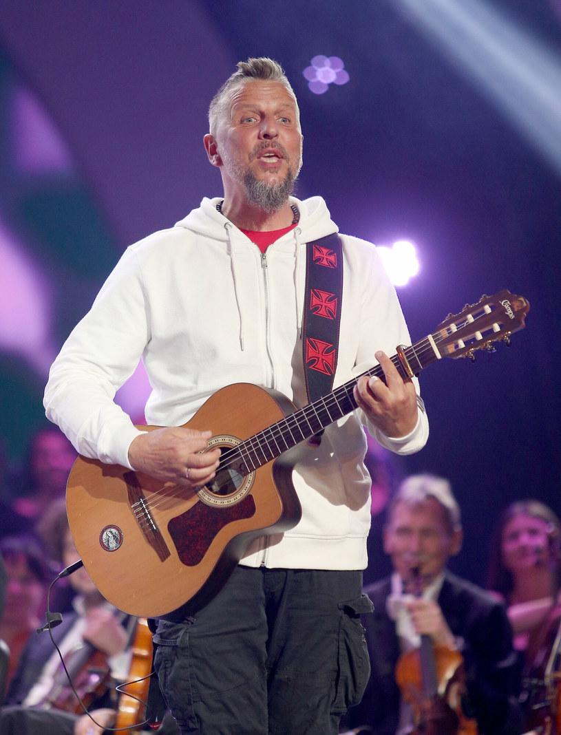 """Robert """"Litza"""" Friedrich, lider zespołów Luxtorpeda i Arka Noego, podczas podczas 58. Krajowego Festiwalu Polskiej Piosenki w Opolu 2021 przekazał ze sceny radosną nowinę, że... po raz 12. został dziadkiem."""
