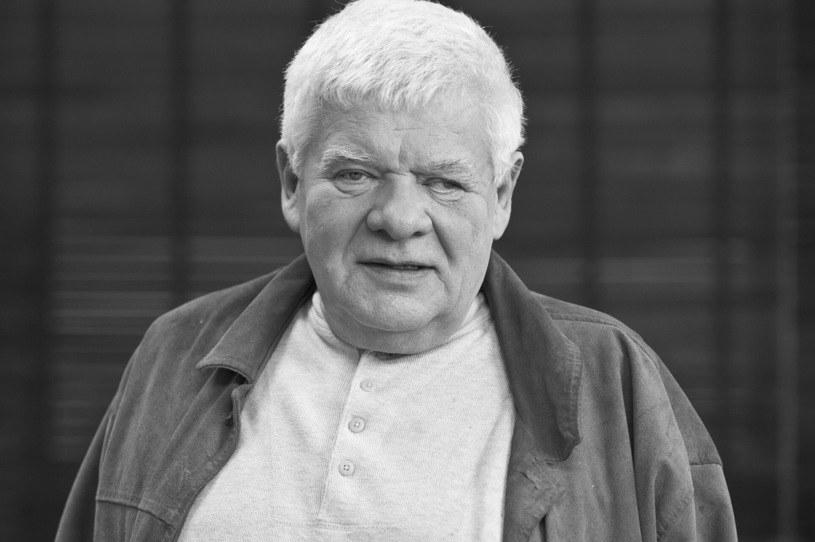 Tomasz Knapik - jeden z najbardziej znanych i lubianych polskich lektorów filmowych, radiowych i telewizyjnych, którego głos znał prawie każdy w Polsce - zmarł 6 września. Właśnie ustalono miejsce i termin pogrzebu. Przy tej okazji syn lektora zwrócił się ze specjalną prośbą.