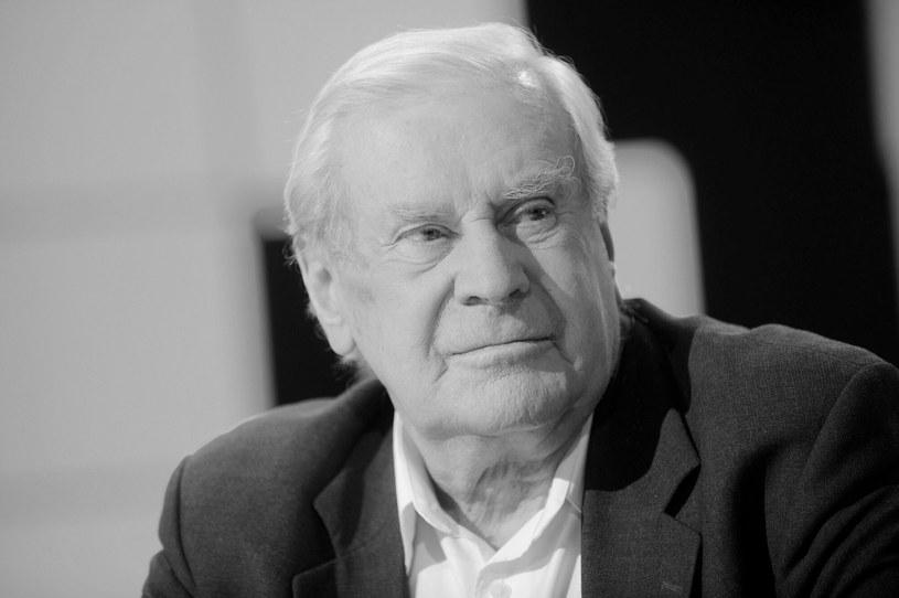 """Nie żyje Wiesław Gołas. Jeden z najbardziej lubianych rodzimych aktorów, wykonawca słynnej piosenki """"W Polskę idziemy"""" i odtwórca ponad 120 ról filmowych, teatralnych i telewizyjnych zmarł w czwartek, 9 września, nad ranem. Za miesiąc obchodziłby 91. urodziny."""