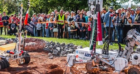 Już w najbliższy weekend w Kielcach będzie można poczuć się jak na Marsie! W dniach 10 - 12 września na terenie Politechniki Świętokrzyskiej odbędzie się międzynarodowa imprteza European Rover Challenge. Na entuzjastów kosmosu czekają zawody łazików marsjańskich, pokazy naukowe oraz inspirujące debaty i rozmowy z niesamowitymi gośćmi, w tym między innymi z wiceszefem NASA, Robertem Cabaną. W trakcie siódmej edycji ERC, po raz pierwszy zawodnicy konkursu łazików będą rywalizować ze sobą w dwóch formułach - stacjonarnej i zdalnej, wykonując zadania wzorowane na prawdziwych, marsjańskich misjach. Do tegorocznego finału konkursu zakwalifikowało się niemal 40 drużyn z trzech kontynentów. Łaziki będą jeździć po specjalnym torze, który symuluje warunki panujące na Czerwonej Planecie. Jak mówi RMF FM organizator ERC, Łukasz Wilczyński, w tym roku odwzorowano rejon Marsa zwany Elysium Planitia o krajobrazie wulkanicznym.