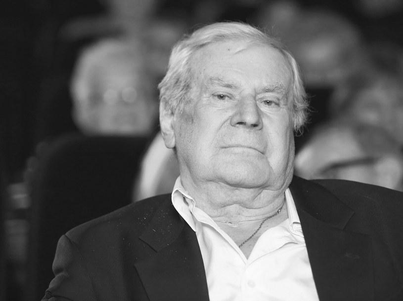 Słynny aktor Wiesław Gołas zmarł w czwartek, 9 września, nad ranem. Na swoim koncie miał około 120 ról filmowych, teatralnych i telewizyjnych. Za miesiąc kończyłby 91 lat. Był również wykonawcą wielu znanych przebojów.