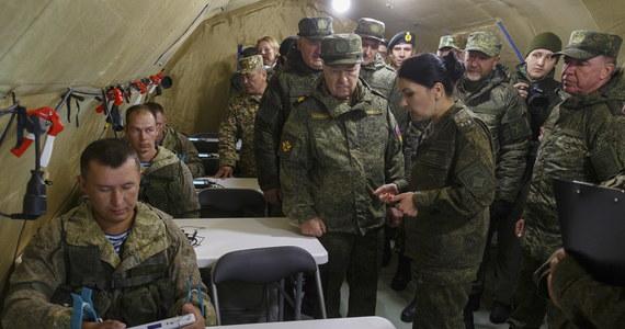 Rosyjsko-białoruskie ćwiczenia Zapad 2021 wkraczają w ostatnią, kulminacyjną fazę, która potrwa od 10 do 16 września. Manewry rozbudzają emocje i niepokój – nieprzypadkowo, bo jak podkreślają w rozmowie z RMF FM eksperci, to nie tylko ćwiczenia wojskowe, ale też operacja psychologiczna - próba wywołania strachu przez pokaz siły. Groźba dużego konfliktu jest jednak znikoma, co nie znaczy, że ni ma ryzyka prowokacji i incydentów.