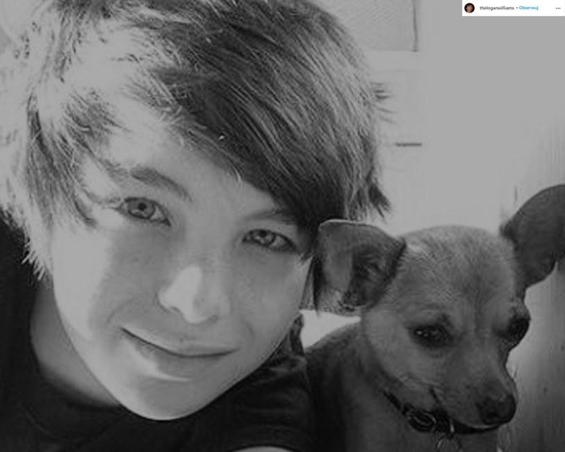 """W kwietniu minionego roku świat obiegła szokująca informacja o śmierci 16-letniego aktora Logana Williamsa. Teraz podano oficjalną przyczynę zgonu, a równocześnie potwierdziły się wcześniejsze przypuszczenia, że Logan zmarł na skutek """"przypadkowego przedawkowania""""."""