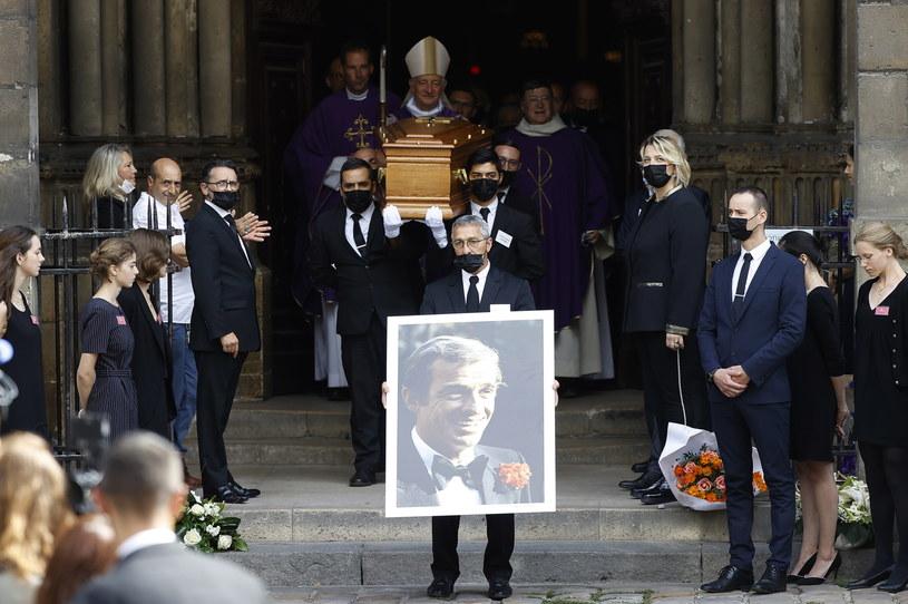 W piątek w kościele Saint-Germain-des-Pres w Paryżu odbył się pogrzeb zmarłego w poniedziałek aktora i producenta filmowego Jean-Paula Belmondo. Uczestniczyli w nim rodzina i przyjaciele zmarłego, a także legendy francuskiego kina: Alain Delon, Pierre Richard, Jean Dujardin czy Michele Marchand.