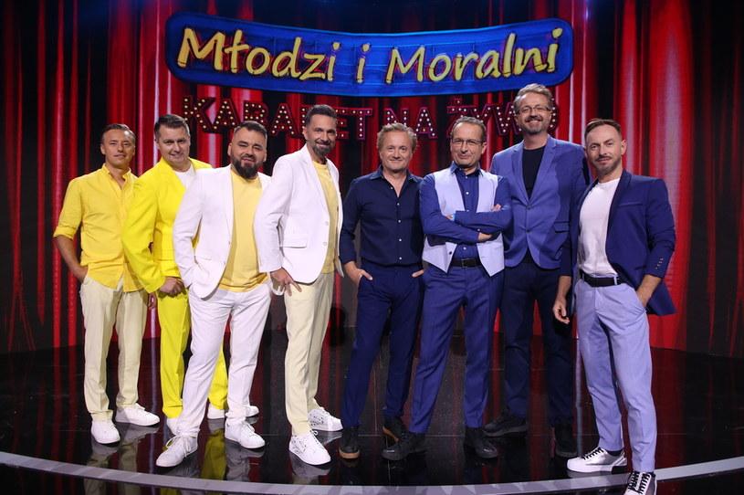 """W niedzielę, 12 września, o godzinie 20:00 zapraszamy na pierwszy odcinek nowej serii """"Kabaret na żywo. Młodzi i Moralni""""! Tym razem gospodarzami programu są Kabaret Moralnego Niepokoju oraz Kabaret Młodych Panów!"""