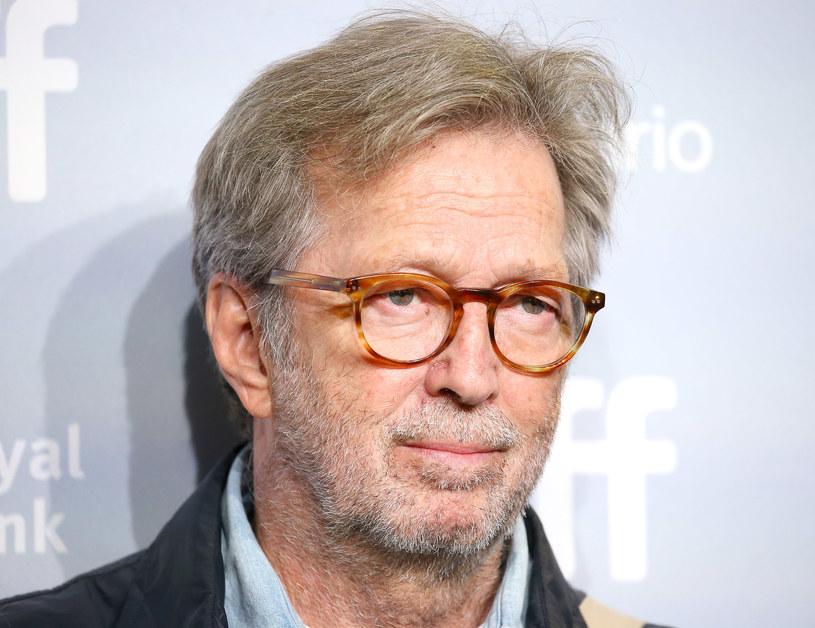 """W ostatnim czasie Eric Clapton stał się bardzo aktywny społecznie. Coraz mniej słyszy się o jego nowych nagraniach, a więcej o kontrowersjach, które wywołuje wypowiedziami na temat szczepień, pandemii i lockdownu. Jak widać, podczas ostatniej fali w Wielkiej Brytanii, Clapton na chwilę pogodził się z rzeczywistością i nagrał nową płytę. """"The Lady in the Balcony: The Lockdown Sessions"""" zadebiutuje już 12 listopada tego roku."""