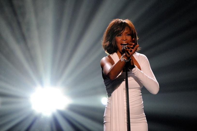 """Studio Sony Pictures ogłosiło właśnie datę premiery biograficznego filmu o Whitney Houston zatytułowanego """"I Wanna Dance With Somebody"""". Trafi on do kin 23 grudnia 2022 roku. Na przełomie listopada i grudnia do kin trafiają zwykle tytuły, z którymi ich twórcy wiążą nadzieję na prestiżowe nagrody filmowe, można więc powiedzieć, że studio Sony Pictures zaczęło przygotowania do przyszłorocznego sezonu oscarowego."""