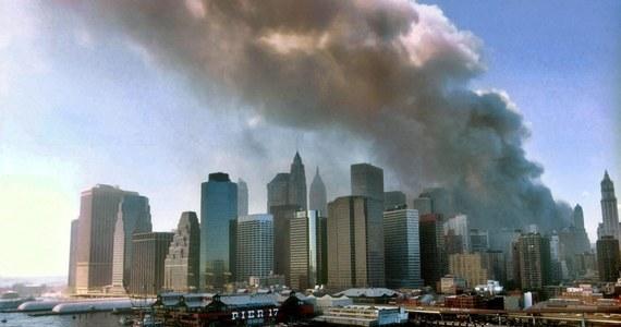 To był najważniejszy dzień mojego zawodowego życia. Na takie stwierdzenie łatwo sobie pozwolić po latach, ale ja wiedziałem to już wtedy, rano czasu nowojorskiego, 11 września 2001 roku. To co rozgrywało się na moich oczach, na ekranie telewizora i bezpośrednio w Waszyngtonie na niebie nad Pentagonem, nie mieściło się w głowie. Już wtedy wiedziałem, że jestem świadkiem wydarzeń niebywałych, o trudnych do wyobrażenia konsekwencjach. Nie było w tym zresztą żadnej nadzwyczajnej zdolności do przewidywania, to było po prostu oczywiste. Moim zadaniem było o tym po prostu opowiedzieć.