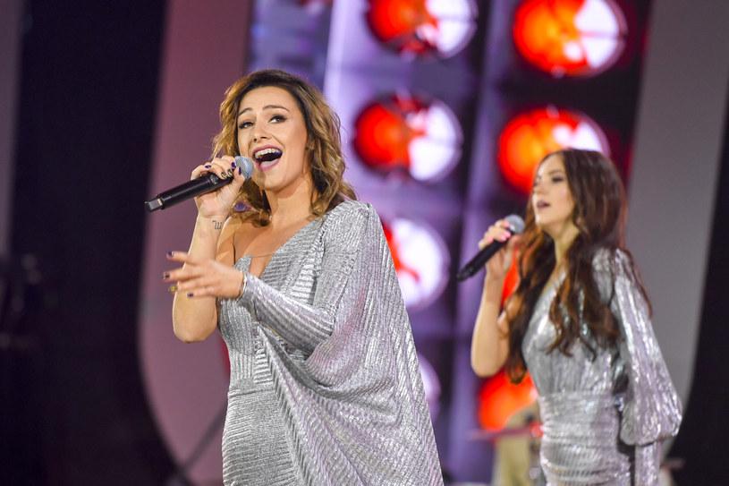"""Piosenką """"Szpile"""" debiutuje nowa grupa na scenie disco polo - Topky. Zespół tworzą dwie były wokalistki Top Girls - Paula Karpowicz i Angelika Żmijewska."""