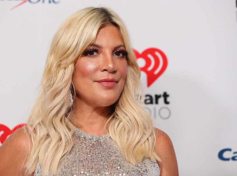 """Początek spekulacjom na temat kolejnych zabiegów, jakim miałaby się poddać 48-letnia Tori Spelling, dało zdjęcie, jakie opublikowała w zeszłym tygodniu na swoim profilu instagramowym. Jak natychmiast zauważyły amerykańskie media, do złudzenia przypomina na nim siostrę Kim Kardashian, 37-letnią Khloe. Gwiazda kultowego """"Beverly Hills 90210"""" zaprzecza jednak wszelkim doniesieniom na temat kolejnych operacji plastycznych."""