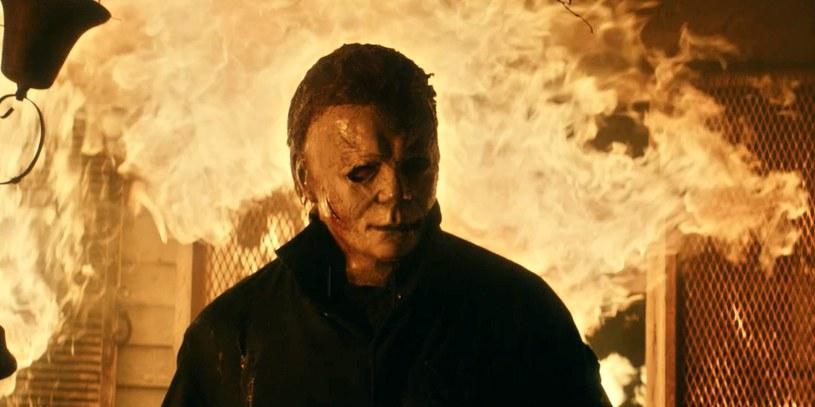 """Według pierwotnych planów studia Universal, najnowsza odsłona legendarnej serii slasherów, film """"Halloween zabija"""", miał zadebiutować wyłącznie w kinach. Aby było to możliwe, jego premiera została przełożona o rok. Wciąż trwająca pandemia COVID-19 sprawiła, że plany te zostały zmienione. Podobnie jak wiele innych tytułów Universalu, film """"Halloween zabija"""" będzie miał równoczesną premierę w kinach oraz na niedostępnej w Polsce platformie streamingowej Peacock."""