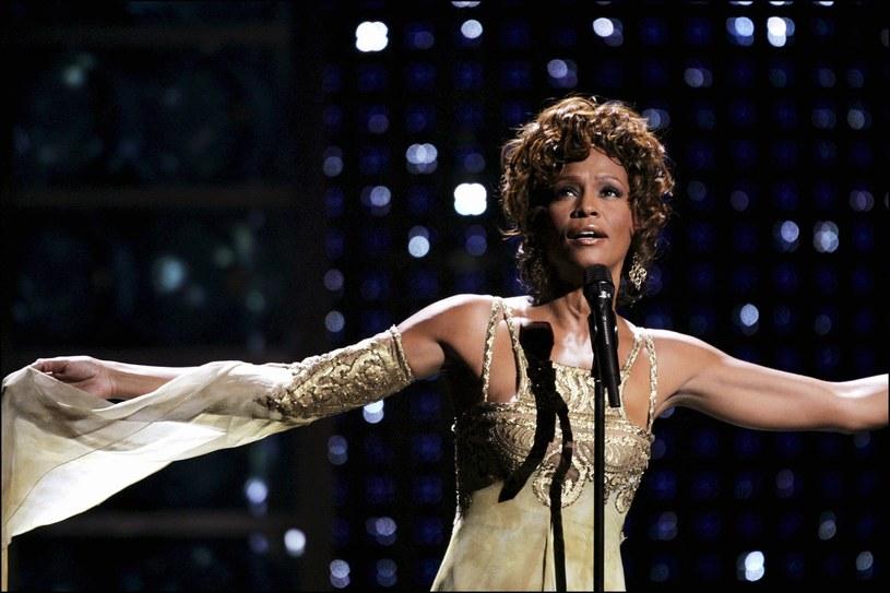 """Studio Sony Pictures ogłosiło właśnie datę premiery biograficznego filmu o Whitney Houston zatytułowanego """"I Wanna Dance With Somebody"""". Trafi on do kin 23 grudnia 2022 roku. Na przełomie listopada i grudnia do kin trafiają zwykle tytuły, z którymi ich twórcy wiążą nadzieję na prestiżowe nagrody filmowe. Można więc powiedzieć, że studio Sony Pictures zaczęło przygotowania do przyszłorocznego sezonu oscarowego."""