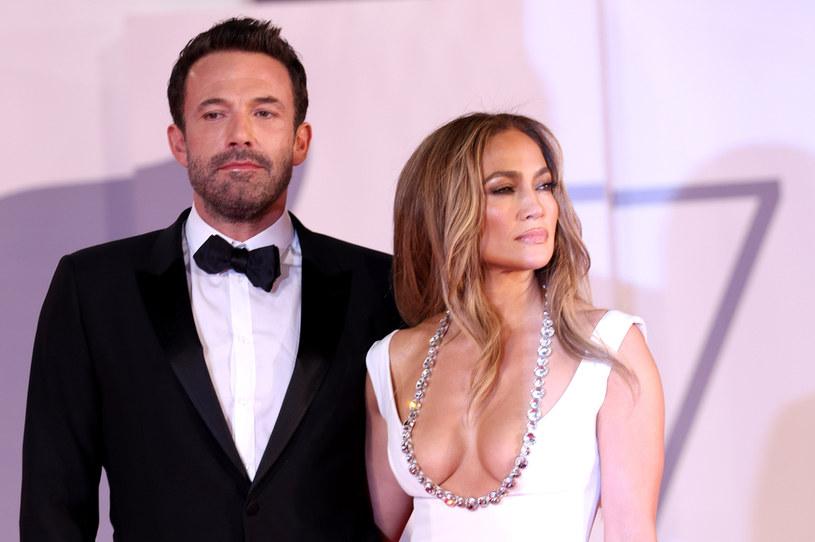Do nieprzyjemnej sytuacji doszło na lotnisku we Włoszech. Nadgorliwy fan zbliżył się zbyt blisko do opuszczającej Europę 51-letniej Jennifer Lopez. Towarzyszący jej Ben Affleck zareagował szybciej niż ktokolwiek się spodziewał i usunął potencjalnie zagrażającego jego ukochanej mężczyznę z jej otoczenia.