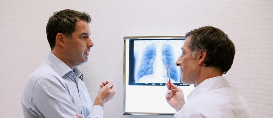 Można zapobiegać przewlekłej obturacyjnej chorobie płuc - zapewniają lekarze. Podkreślają, że aby uchronić się przed POChP lub znacząco zmniejszyć jej ryzyko, a także w przypadku kiedy jest już zdiagnozowana, poprawić jej leczenie należy bezwzględnie zaprzestać palenia papierosów. Co jeszcze może ją wywołać, kiedy warto udać się do lekarza i... jak rzucić palenie? Oto cenne podpowiedzi ekspertów.