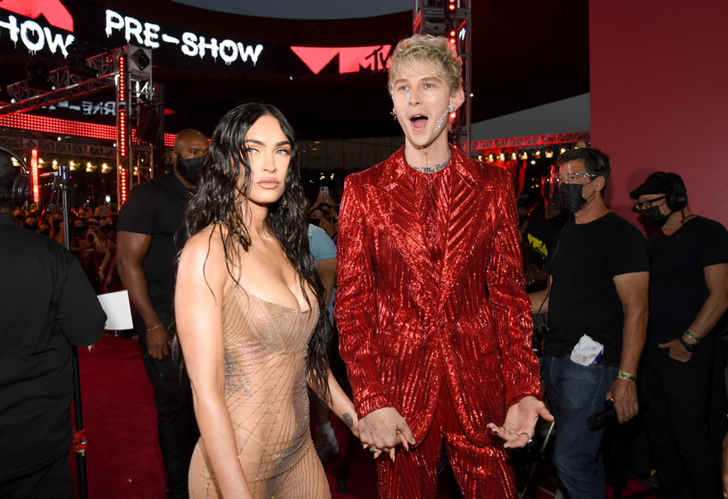 Megan Fox jak zwykle postanowiła zabłysnąć na czerwonym dywanie. Na gali MTV VMA pojawiła się lśniącej, przezroczystej kreacji.