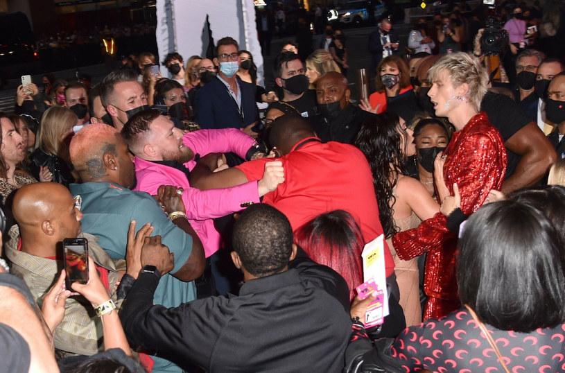 To były naprawdę niespotykane sceny. Podczas muzycznego święta, 37. gali nagród MTV VMA 2021, doszło do przepychanki z udziałem gwiazd wieczoru: rapera Machine Gun Kelly, a także Conora McGregora - popularnego zawodnika MMA.