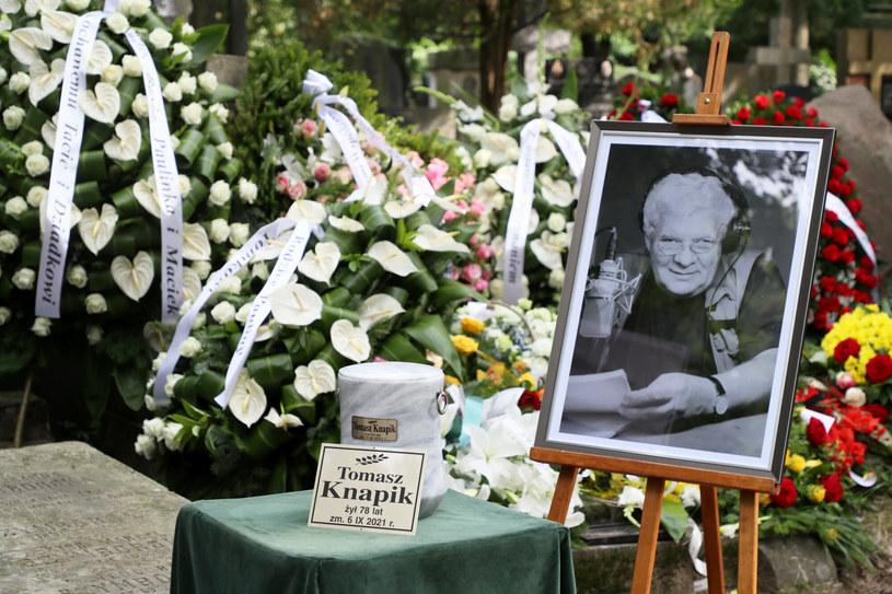 W poniedziałek w Domu Pogrzebowym na Wojskowych Powązkach odbył się pogrzeb Tomasza Knapika. Po nim nastąpiło odprowadzenie ciała znanego lektora do grobu rodzinnego na Starych Powązkach.