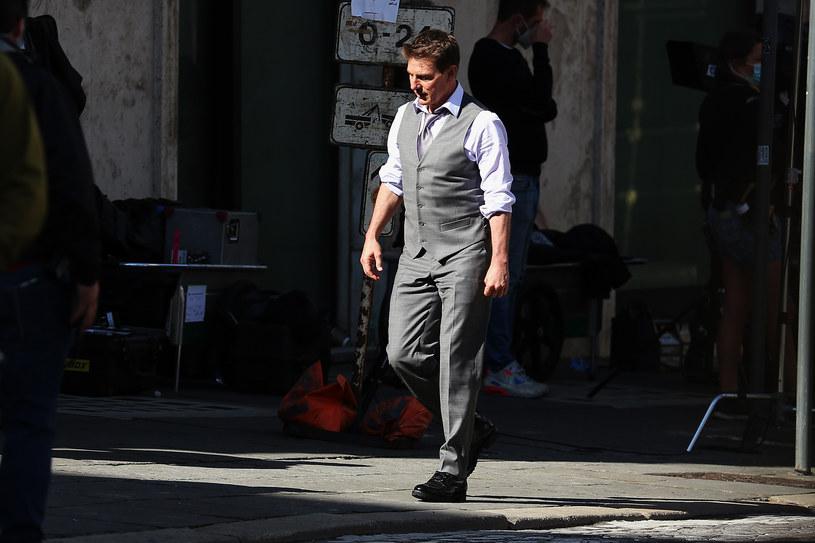 """Praca nad """"Mission: Impossible 7"""" łatwa nie była. W realizacji nowej części sensacyjno-szpiegowskiej serii znacząco przeszkodziła zwłaszcza pandemia COVID-19, która stała się powodem płomiennego wykładu Toma Cruise'a. Gwiazdor nie przebierał w słowach, by uświadomić ekipie filmu, co znaczy zachowanie procedur bezpieczeństwa. Nad projektem wisiał również skandal związany z chęcią wysadzenia w powietrze jednego z polskich mostów. Mimo tych i innych przeszkód zdjęcia do filmu udało się jednak zakończyć."""