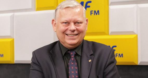 """""""Pewne elementy pojawiły się takie, jak przed II wojną światową. Żądają, żebyśmy uznali wyższość prawa europejskiego od polskiego. A jeżeli nie - to zostaniemy ukarani"""" - odpowiada Marek Suski, gość Roberta Mazurka w RMF FM, pytany o komentarz do słów o  """"brukselskim okupancie""""."""
