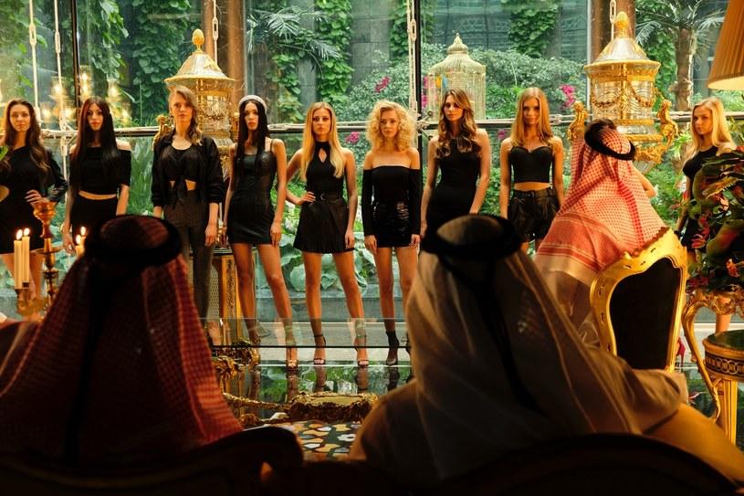 """O tym nikt nie miał się dowiedzieć! Jak ujawniono kulisy skandalu? Dokąd śledztwo zaprowadziło producentów? Odkrywamy szczegóły afery dubajskiej, która zainspirowała twórców filmu """"Dziewczyny z Dubaju""""."""