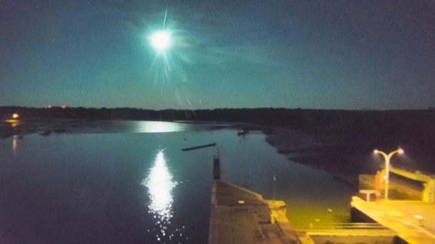 To była prawdziwa uczta dla nocnych marków. Niebo nad francuską miejscowością Arzal rozświetlił meteoryt. Nagranie obiektu pochodzi z kamery przemysłowej, umieszczonej w miejscowym porcie. Obiekt zajaśniał na niebie tuż przed północą.