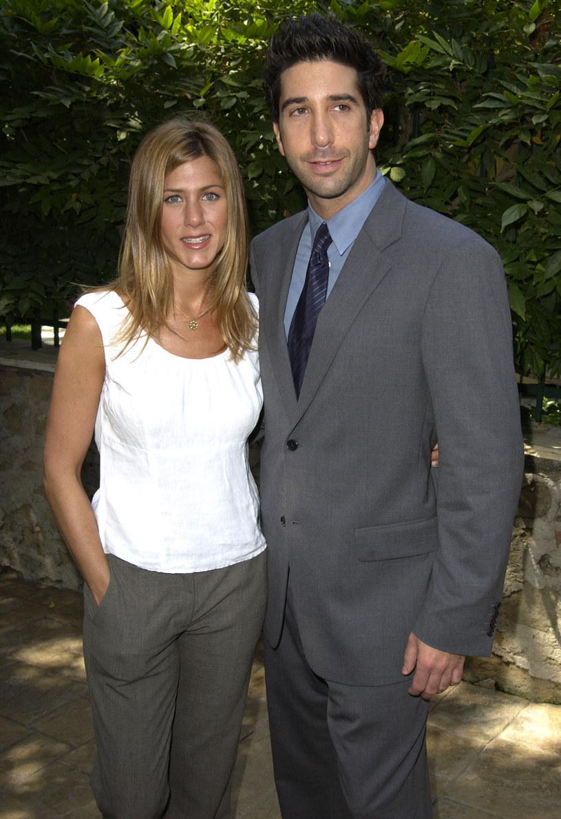 """Odkąd Jennifer Aniston w 2018 roku rozstała się ze swoim drugim mężem Justinem Theroux, w mediach stale pojawiają się doniesienia na temat jej rzekomych miłosnych podbojów. Ostatnio aktorka łączona jest z Davidem Schwimmerem. W najnowszym wywiadzie gwiazda """"Przyjaciół"""" zapewniła, że nie ma romansu z kolegą z planu kultowego serialu. Wyznała też, że chciałaby, by jej nowy partner był spoza show-biznesu."""