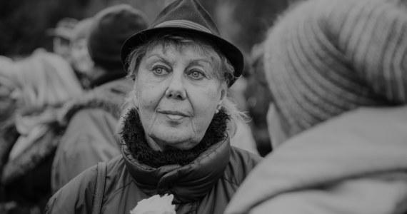 """Krystyna Kołodziejczyk-Ziębińska zmarła w szpitalu. Artystka była znana z produkcji takich jak """"Kogel-mogel"""", """"Czterdziestolatek"""" oraz """"Czterej pancerni i pies"""". Informację o śmierci aktorki potwierdziła portalowi Interia najbliższa rodzina artystki."""