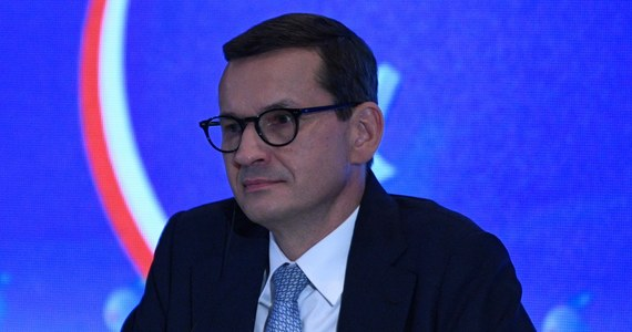 """Parlament Europejski wzywa premiera Mateusza Morawieckiego, by nie kwestionował nadrzędności prawa unijnego nad krajowym i wycofał swój wniosek w tej sprawie z Trybunału Konstytucyjnego. Jednocześnie eurodeputowani apelują, by Komisja Europejska i Rada UE zatwierdziły polski Krajowy Plan Odbudowy - co jest warunkiem przekazania naszemu krajowi 36 mld euro - """"tylko wtedy, gdy zostanie ustalone, że polskie władze wdrożyły wszystkie orzeczenia TSUE"""". Dziennikarka RMF FM w Brukseli Katarzyna Szymańska-Borginon zdobyła projekt rezolucji europarlamentu o """"wolności mediów i dalszym pogarszaniu się sytuacji praworządności w Polsce"""", który poddany zostanie pod głosowanie jutro. Ponieważ tekst został przygotowany przez eurodeputowanych pięciu największych, prodemokratycznych frakcji w PE, nie ma wątpliwości, że zostanie przyjęty. Debata w tej sprawie odbędzie się natomiast dzisiaj po południu."""