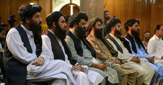 Pomiędzy przywódcami talibów wybuchła poważna kłótnia o skład nowego rządu w Afganistanie - powiedzieli BBC wysocy rangą urzędnicy talibscy. Kłótnia między wicepremierem mułłą Abdulem Ghanim Baradarem a członkiem gabinetu miała miejsce w pałacu prezydenckim.