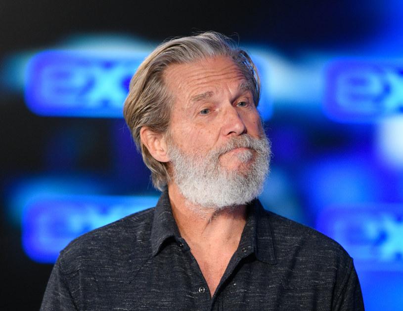 """Kolejne świetne wieści dla fanów Jeffa Bridgesa, który na początku tego tygodnia poinformował, że wykryty u niego chłoniak jest w stanie remisji. Równie dobre efekty przyniosła walka aktora z koronawirusem, którym zaraził się przed kilkoma tygodniami. Stan zdrowia Bridgesa poprawił się na tyle, że gwiazdor mógł powrócić na plan serialu """"The Old Man"""", w którym występuje w roli głównej."""