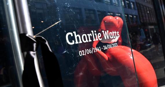 Grupa The Rolling Stones czasowo zmienia logo. Czerwone usta z  wyciągniętym językiem staną się czarne. To dla upamiętnienia zmarłego w ubiegłym miesiącu perkusisty zespołu Charliego Wattsa.