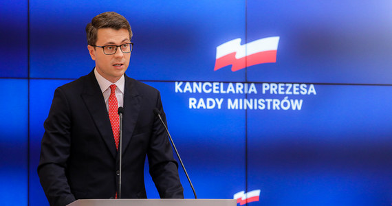 """Gabinet Mateusza Morawieckiego cały czas prowadzi spór o praworządność z Komisją Europejską. Tymczasem ze strony polityków Zjednoczonej Prawicy pojawiają się krytyczne wobec wspólnoty komentarze. Jak przekonuje rzecznik rządu Piotr Müller, te wypowiedzi nie wpływają w żaden sposób na ten spór. """"Ze zbyt ostrych opinii części posłów Zjednoczonej Prawicy nie należy wyciągać wniosków o 'rzekomym wychodzenia Polski z UE'"""" – mówił."""