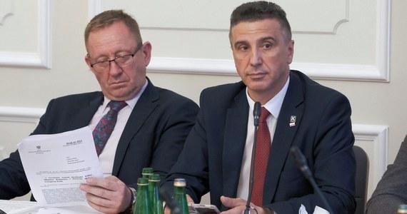 Do projektu ustawy antykorupcyjnej, przygotowanej przez koło Kukiz'15 posłowie klubów opozycyjnych zgłosili w środę poprawki zakładające m.in., że wszystkie przepisy projektu wejdą w życie od 2022 roku, a nie dopiero od następnej kadencji parlamentu. Projekt z powrotem trafi do komisji.