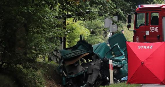 Trzy osoby zginęły w zderzeniu busa z ciężarówką na drodze wojewódzkiej nr 707 w Niemgłowach pod Rawą Mazowiecką w woj. łódzkim. Ranne zostały dwie osoby.
