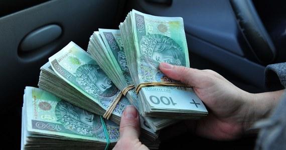 Nowe fakty ws. ujawnionych przez RMF FM nieprawidłowości w kasie kaliskiego zarządu Centralnego Biura Śledczego Policji. Ponad pół roku temu informowaliśmy, że tamtejsi funkcjonariusze nie mogą się doliczyć 150 tysięcy złotych - chodziło o gotówkę zabezpieczoną w mieszkaniu podejrzanego. Teraz dotarliśmy do osób, które twierdzą, że pieniądze mogły zostać po prostu skradzione przez samych policjantów, a w raporcie zapisano mniejszą kwotę.
