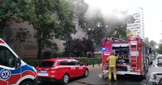 Na ulicy Fabrycznej w centrum Warszawy płonie mieszkanie na parterze bloku. Z ogniem walczyły trzy zastępy strażaków.