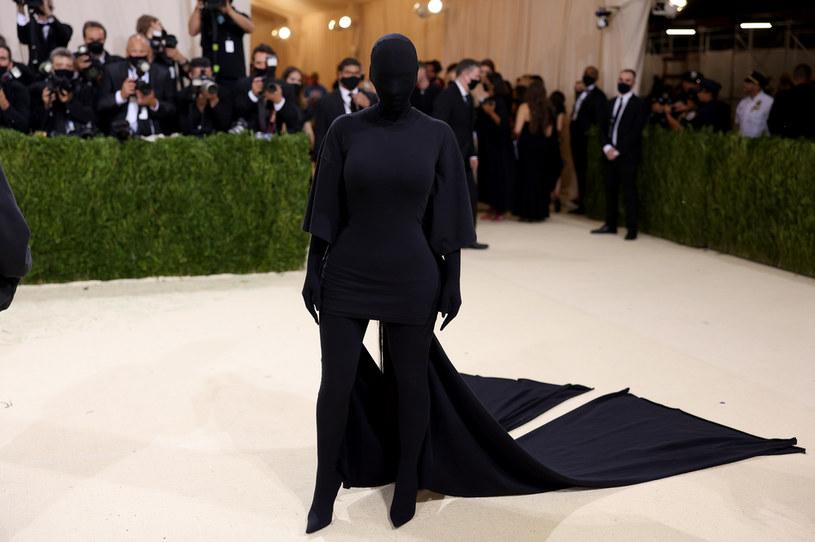 Met Gala 2021 za nami, ale emocje wciąż nie opadają. Na czerwonym dywanie zaprezentowało się wiele gwiazd w zapierających dech w piersiach kreacjach, jednak tylko część z nich przejdzie do historii mody. Na dobroczynnej gali nie zabrakło także przesłań politycznych. W co ubrały się Alexandria Ocasio-Cortez, Cara Delevingne, czy Kim Kardashian i dlaczego ich stylizacje były wyjątkowe?