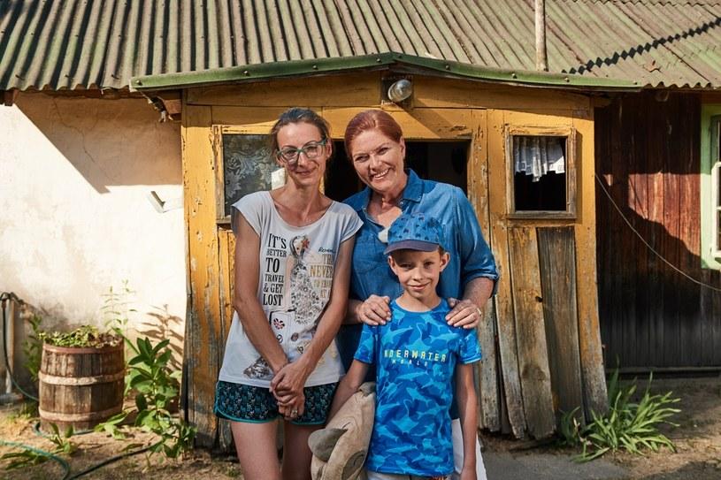 """Przed nami kolejny odcinek 17. sezonu programu """"Nasz nowy dom"""". W tym odcinku ekipa odwiedzi Pieńki Rzewińskie - wieś na północnym Mazowszu. W maleńkim drewnianym domu mieszkają tu mama i syn - pani Anna i ośmioletni Antoś."""