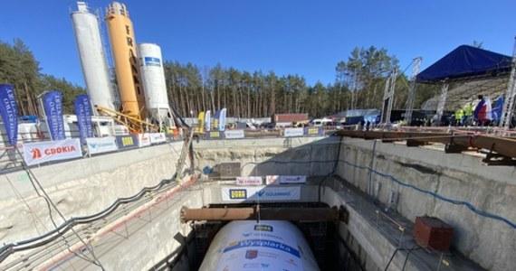 """""""Wyspiarka"""" – olbrzymie wiertło, które drążyło przez ostatnie miesiące tunel pod kanałem Świny w Świnoujściu – utorowało drogę z wyspy Uznam na Wolin."""