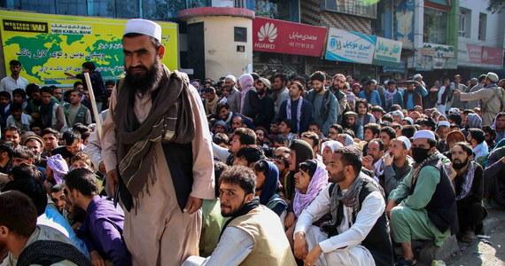Bankom w Afganistanie kończą się dolary, w związku z czym mogą wkrótce zakończyć swoją działalność, jeśli rząd talibów nie podejmie kroków - informuje agencja Reutera. Gospodarka kraju jest mocno zdolaryzowana. Talibowie próbują zachęcać do używania oficjalnej waluty - afganich.