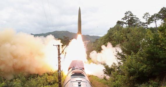 """Korea Północna testowała ostatnio """"system rakiet instalowanych na platformach kolejowych"""" - podały północnokoreańskie media państwowe. W środę siły zbrojne Korei Południowej poinformowały, że Pjongjang wystrzelił dwa pociski balistyczne krótkiego zasięgu."""