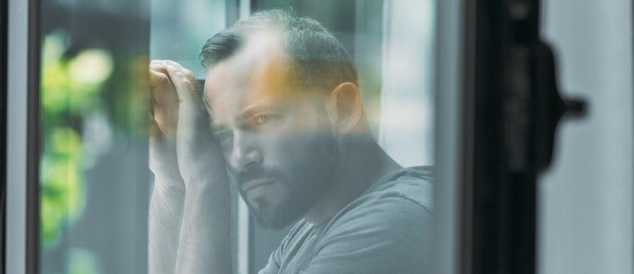 """Każdego roku w Polsce ponad 5 tys. osób odbiera sobie życie. 8 na 10 osób to mężczyźni. Kulturowy brak przyzwolenia na słabość i przeżywanie emocji u mężczyzn – to jeden z głównych powodów, dlaczego nie sięgają po pomoc.  Mężczyźni nie dają sobie przyzwolenia na przeżywanie emocji i bycie słabym. To efekt stereotypów, które cały czas funkcjonują w naszym społeczeństwie i które wpajane są chłopcom od najmłodszych lat. Jeśli nie zmienimy podejścia do wychowania chłopców, skutki mogą być dramatyczne"""" – mówi psychoterapeutka Agata Ziobrowska, ekspertka platformy GrupaWsparcia.pl."""