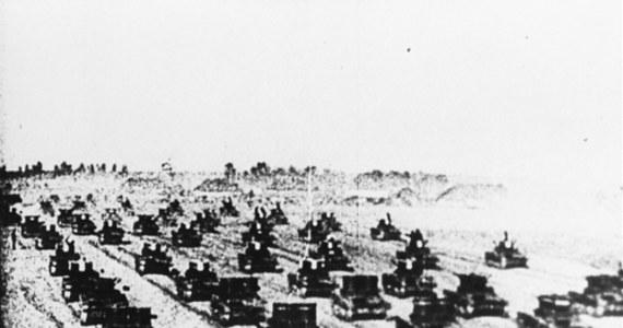 """82 lata temu, 17 września 1939 r., łamiąc polsko-sowiecki pakt o nieagresji, Armia Czerwona wkroczyła na teren Rzeczypospolitej Polskiej, realizując ustalenia zawarte w tajnym protokole paktu Ribbentrop-Mołotow. Konsekwencją sojuszu dwóch totalitaryzmów był rozbiór osamotnionej Polski. """"Tragedia wydarzeń z 17 września 1939 roku nie dotyczyła jedynie Polski. Data ta zapoczątkowała wejście do gry o podział wpływów w naszej części Europy kolejnego państwa opartego na systemie totalitarnym - ocenił premier Mateusz Morawiecki."""