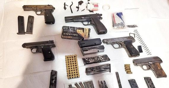 Funkcjonariusze straży granicznej w Warszawie zatrzymali mężczyznę podejrzanego o posiadanie arsenału w domu. Bez zezwolenia miał kilkanaście sztuk broni palnej oraz pół tysiąca sztuk amunicji.