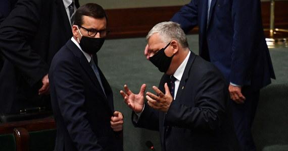 Posłowie rozpoczęli debatę nad największą od lat reformą podatkową. Rząd zaproponował między innymi podniesienie kwoty wolnej od podatku przy jednoczesnym zlikwidowaniu możliwości odpisywania składki zdrowotnej. Na forum Sejmu najgłośniej słyszalny jest zarzut opozycji o ekspresowe tempo prac. Rząd przesłał do Sejmu 700-stronnicowy dokument i oczekuje jego uchwalenia w dwa tygodnie.