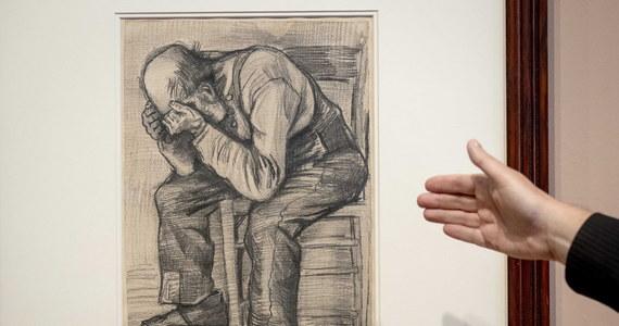 """W amsterdamskim Muzeum Vincenta van Gogha można podziwiać nieznany dotąd rysunek tego niderlandzkiego malarza z 1882 roku. """"Worn Out"""" przedstawia zmęczonego mężczyznę siedzącego na drewnianym krześle z głową ukrytą w dłoniach."""