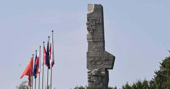 Gdańsk poinformował, że Naczelny Sąd Administracyjny wydał wyrok, zgodnie z którym działka z pomnikiem Obrońców Wybrzeża na Westerplatte wraca w posiadanie miasta. Wkrótce potem oświadczenie wydało Muzeum II Wojny Światowej, które spiera się o teren. Ale w tym oświadczeniu placówka przekonuje, że zgodnie z wyrokiem NSA pozostaje pełnoprawnym posiadaczem nieruchomości.