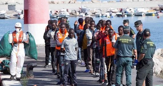 W pierwszej połowie września na Wyspy Kanaryjskie dotarło drogą morską 2116 nielegalnych imigrantów - wynika z opublikowanych dziś danych hiszpańskiego MSW. Resort wskazał, że na ten archipelag nigdy jeszcze w ciągu dwóch tygodni nie przybyło tylu afrykańskich przybyszów.